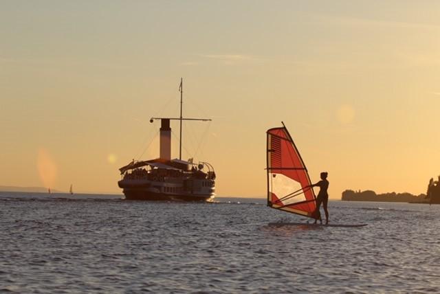 Windsurfen im Sonnenuntergang